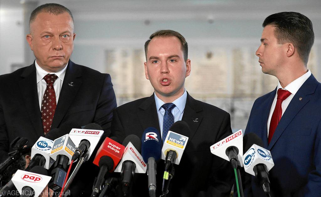 10.05.2018, poseł Adam Andruszkiewicz (w środku) podczas konferencji prasowej.