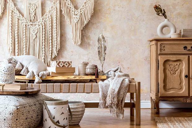 Urządź mieszkanie w stylu kolonialnym za ułamek ceny! Naczynia ze złotym obramowaniem teraz 60% taniej
