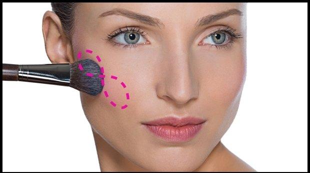 Klasyczne rozcieranie różu - pasuje do wszystkich kształtów twarzy / fot. www.makeupforever.com