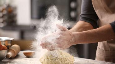 Mąkę powinno przechowywać się w szczelnie zamkniętym pojemniku. Dzięki temu dłużej zachowa świeżość