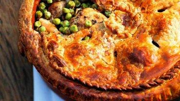 Kura z zielonym groszkiem pod ciastem francuskim