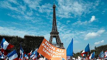 Paryż. Protest przeciwko paszportom sanitarnym