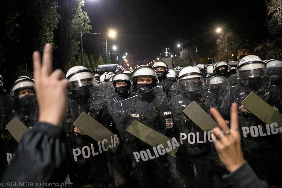 Policja podczas protestu przed domem Jarosława Kaczyńskiego po ogłoszeniu wyroku TK ws. zakazu legalnej aborcji, 23 października 2020 r.