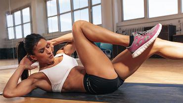 Brzuszki - trening domowy, będzie efektywny, jeśli ćwiczenia wykonasz prawidłowo.