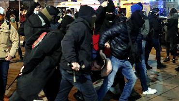 18.11.2020, Warszawa, policyjni tajniacy zatrzymują uczestników protestu Strajku Kobiet.
