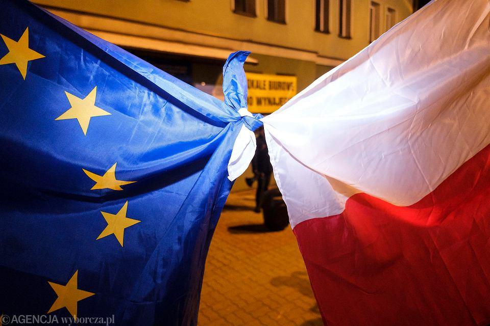 Strajk kobiet w Rzeszowie. Policja zabrała siłą do radiowozu jednego z uczestników manifestacji pod biurem PiS