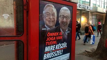 Plakat w Budapeszcie przedstawiający zdjęcie uśmiechniętego Junckera z doklejonym wizerunkiem George'a Sorosa, a poniżej napis: 'Masz prawo wiedzieć, co szykuje Bruksela!'.