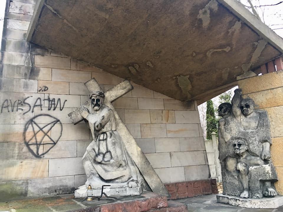 Wandale zniszczyli kapliczki na Kalwarii Panewnickiej w Katowicach.