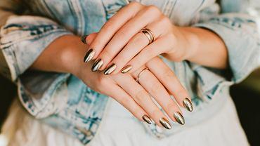 Modny manicure z efektem lustra to hit na 2020 rok! Jest bardzo łatwy do zrobienia. Jak go uzyskać? Odpowiadamy
