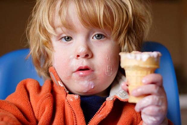 Dzieci kochają słodycze, a rodzice im ich nie żałują. Wiele z nich je ich tak dużo, pojawiają się podejrzenia o uzależnienie od cukru