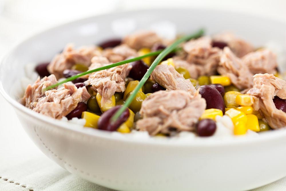 Sałatka z tuńczyka i ryżu przygotowywana jest na wiele sposobów