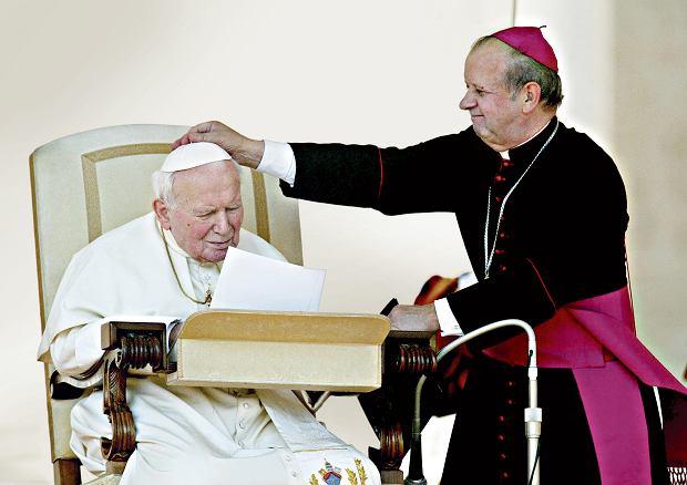 'Papież chce' - słyszeli wszyscy. Decydował jednak on! Stanisław Dziwisz. Bo Jan Paweł II nie mógł już podejmować decyzji
