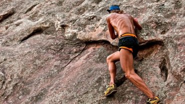 """Anton Krupicka to amerykański biegacz ultra. Na swoim koncie ma triumfy w biegach na 100 km i więcej. Jest żywą reklamą naturalnego biegania. Na wielogodzinne treningi w okolicach Boulder w Kolorado wychodzi tylko w spodenkach i minimalistycznych butach. Czasami wybiera się na bardzo ekstremalne """"ścieżki"""" biegowe."""
