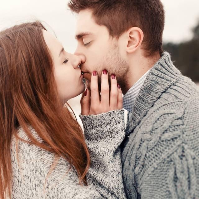 HIV można się zarazić w czasie pocałunku - to jeden z kilku, wciąż żywych, mitów krążących wokół choroby