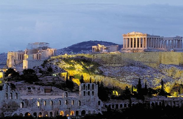 U południowych stóp Akropolu znajdują się Teatr Dionizosa i Odeon Heroda Attyka, w których narodził się europejski teatr, a po przeciwnej stronie - wzgórze Areopag