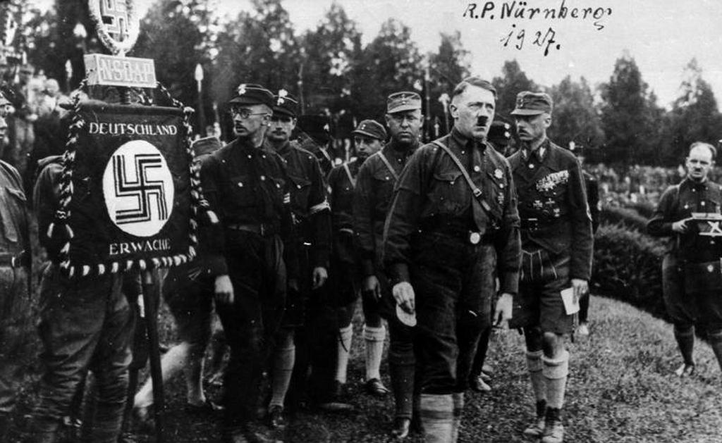 Zgromadzenie hitlerowskiej partii NSDAP w Norymberdze, 1927 r, pierwszy od lewej Heinrich Himmler (fot. Bundesarchiv/Wikimedia Commons/CC BY-SA 3.0)