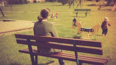 Z dzieckiem na placu zabaw