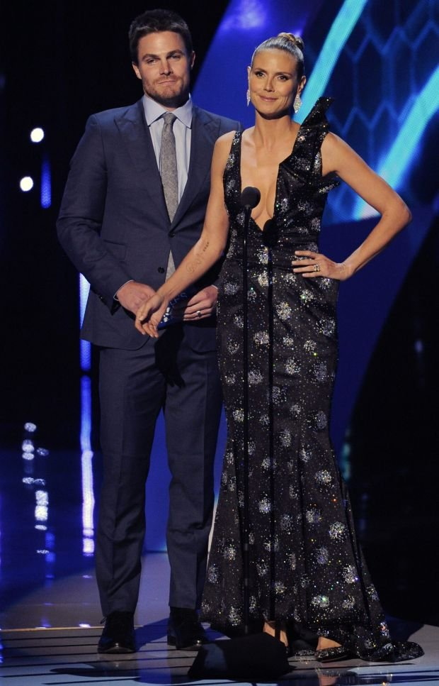 Stephen Amell, left, and Heidi Klum present the award for favorite pop artist at the 40th annual People's Choice Awards at the Nokia Theatre L.A. Live on Wednesday, Jan. 8, 2014, in Los Angeles. (Photo by Chris Pizzello/Invision/AP)