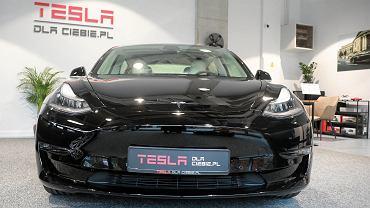 Samochód marki Tesla.