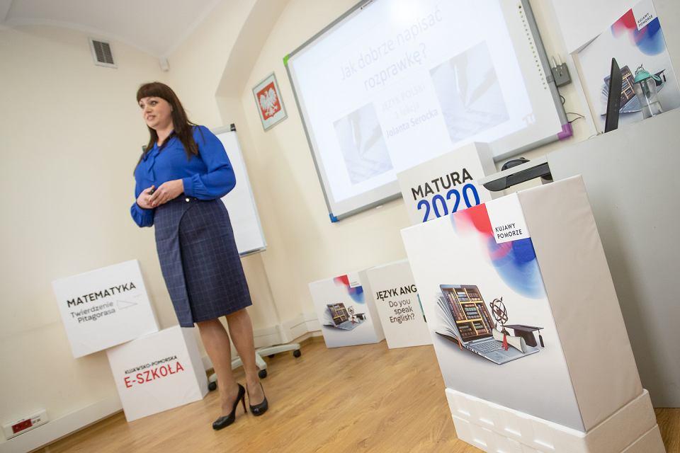 Jak dotąd największym zainteresowaniem cieszy się pierwsza lekcja języka polskiego, poprowadzona 16 marca przez polonistkę Jolantę Serocką.