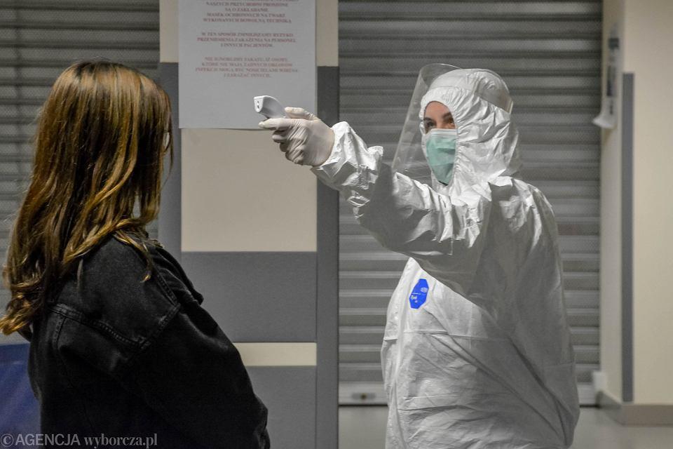 27.03.2020, Зелена-Гура, коронавирус, контроль температуры перед поступлением в больницу Министерства внутренних дел и администрации.