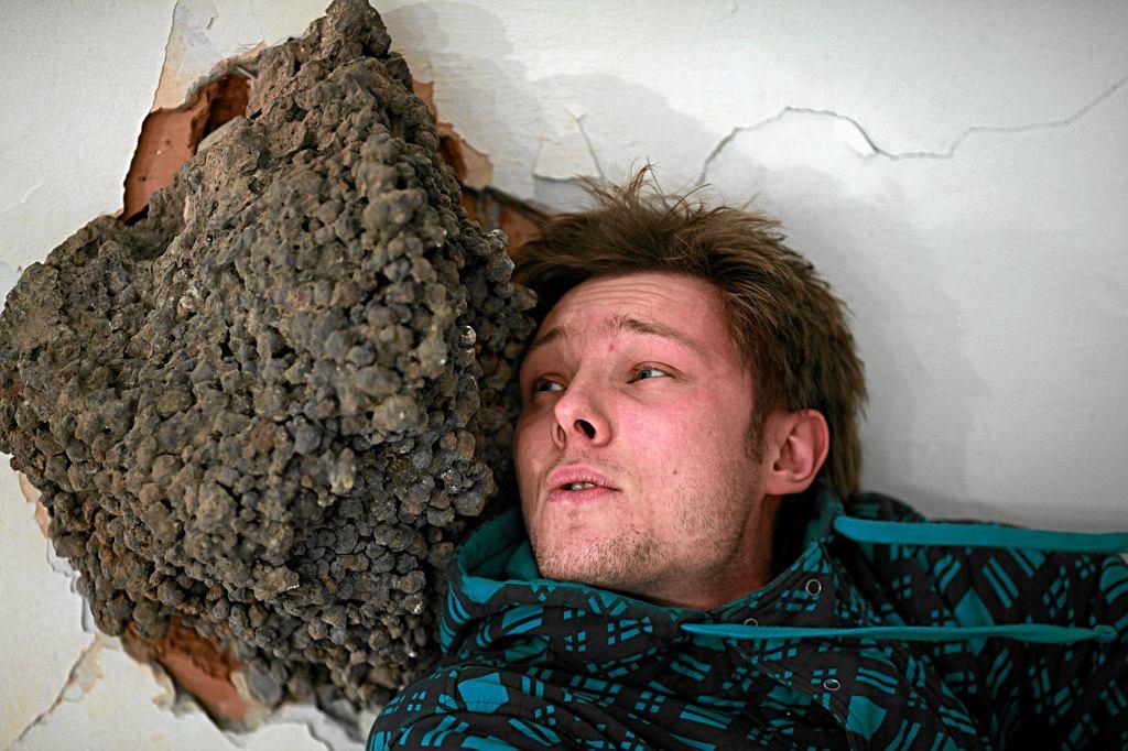 Michał Sandek z meteorytem, jednym z elementów swojego projektu ''Discover'' w Galerii Kronika (fot. Dawid Chalimoniuk / Agencja Gazeta)