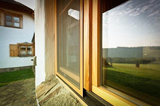 Moskitiera ramkowa na oknie