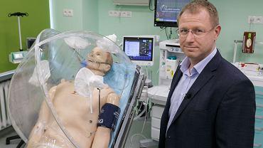 Dr Marcin Kaczor, kierownik Centrum Symulacji Medycznych Warszawskiego Uniwersytetu Medycznego, z 'pacjentem' w namiocie barierowym