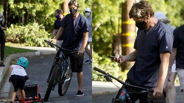 Christian Bale z synem w parku