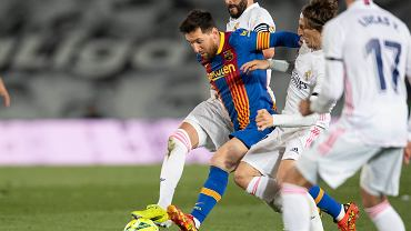 Leo Messi z obrońcami Realu
