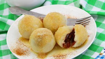 Knedle ze śliwkami przygotowuje się zazwyczaj z ciasta ziemniaczanego - takiego, jak np. w przypadku kopytek