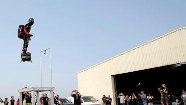 Francja. Franky Zapata próbował przelecieć na flyboardzie Kanał La Manche