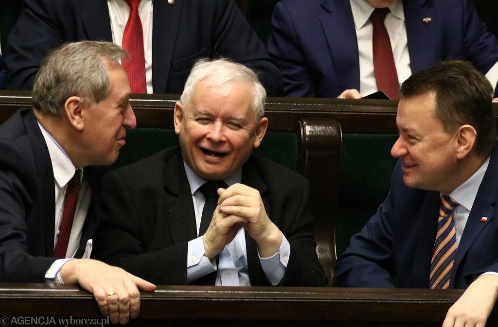 Jarosław Kaczyński i partyjni towarzysze - Mariusz Błaszczak i Henryk Kowalczyk. 57 posiedzenie Sejmu VIII Kadencji, Warszawa, 26 stycznia 2018