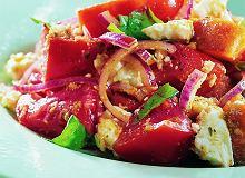 Pomidorowa sałatka z grzankami i sosem pesto - ugotuj