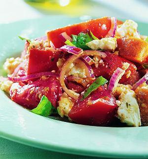Pomidorowa sałatka z grzankami i sosem pesto