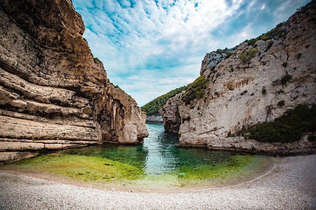 Gdy szukasz romantycznego miejsca, wybierz plażę Stiniva na wyspie Vis