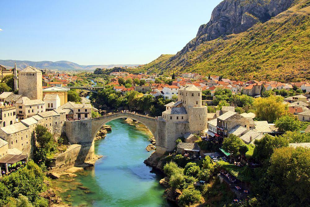 Mostar, stolica Hercegowiny. Na pierwszym planie legendarny most