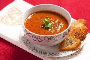 Aksamitna zupa pomidorowa z czerwonym winem i wołowiną