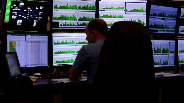 Kontroler analizujący ruch w powietrzu. Jeśli zawczasu widać, że w jakiś strefach będzie on za duży, to można się przygotować do ich podzielenia