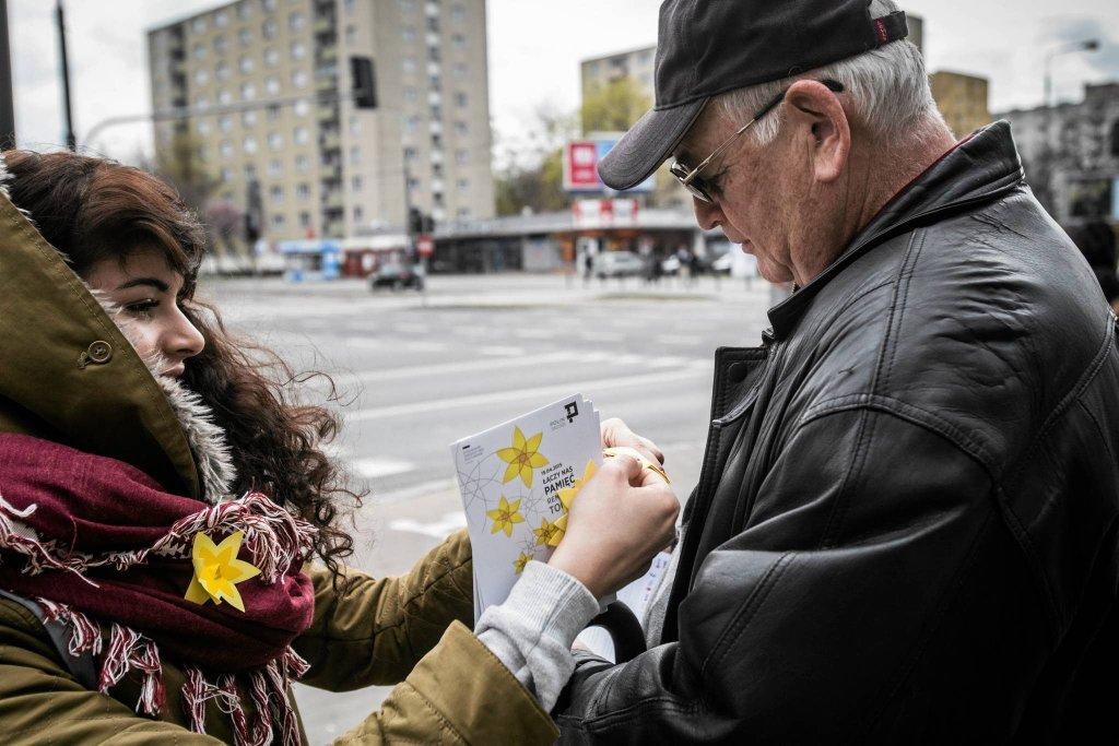 Wolontariuszki Muzeum POLIN podczas ubiegłorocznej akcji rozdawania warszawiakom żółtych żonkili - symbolu Powstania w Getcie Warszawskim