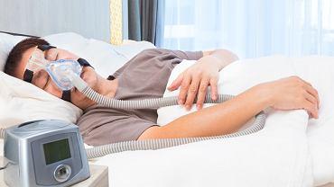 Bezdech senny w ciężkiej postaci choroby może wymagać wykorzystywania specjalnego aparatu, który w nocy wtłacza powietrze do dróg oddechowych