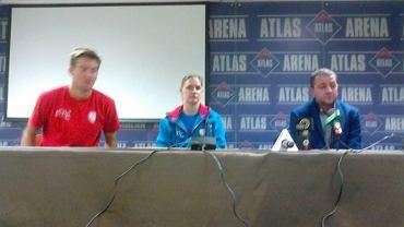 Prezentacja Valerie Courtois (w środku). Z lewej strony drugi trener Budowlanych Błażej Krzyształowicz, a z prawej prezes Marcin Chudzik