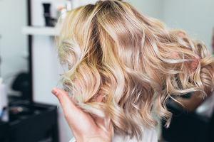 Ta koloryzacja włosów była hitem w latach '90! Poznaj jej nowoczesne wersje, które tworzą efekt wow
