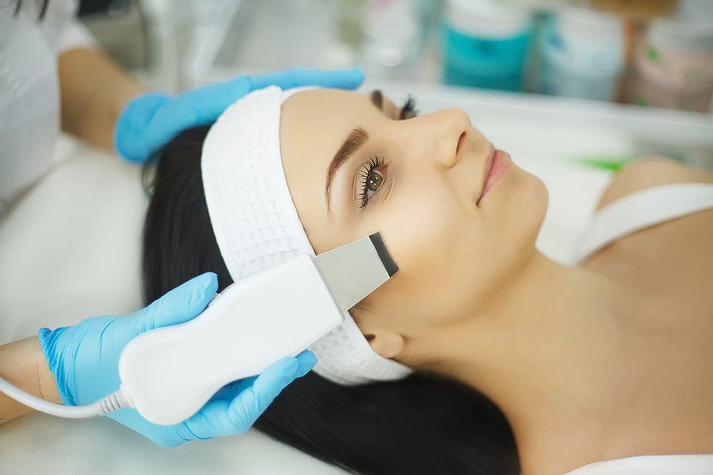 Peeling kawitacyjny jest znakomitym rozwiązaniem na usunięcie nadmiaru łoju z porów i mieszków włosowych