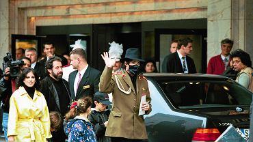 Michael Jackson przed hotelem Marriott w 1996 r.