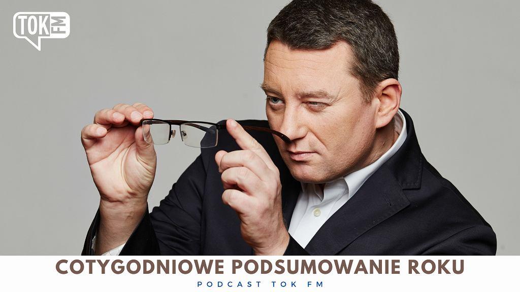 Okładka podcastu TOK FM 'Cotygodniowe podsumowanie roku', na zdjęciu Rafał Hirsch