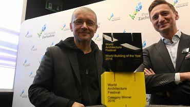 Robert Konieczny i Olgierd Geblewicz ze statuetkami World Building of the Year 2016 i  Najlepszy Obiekt Kultury