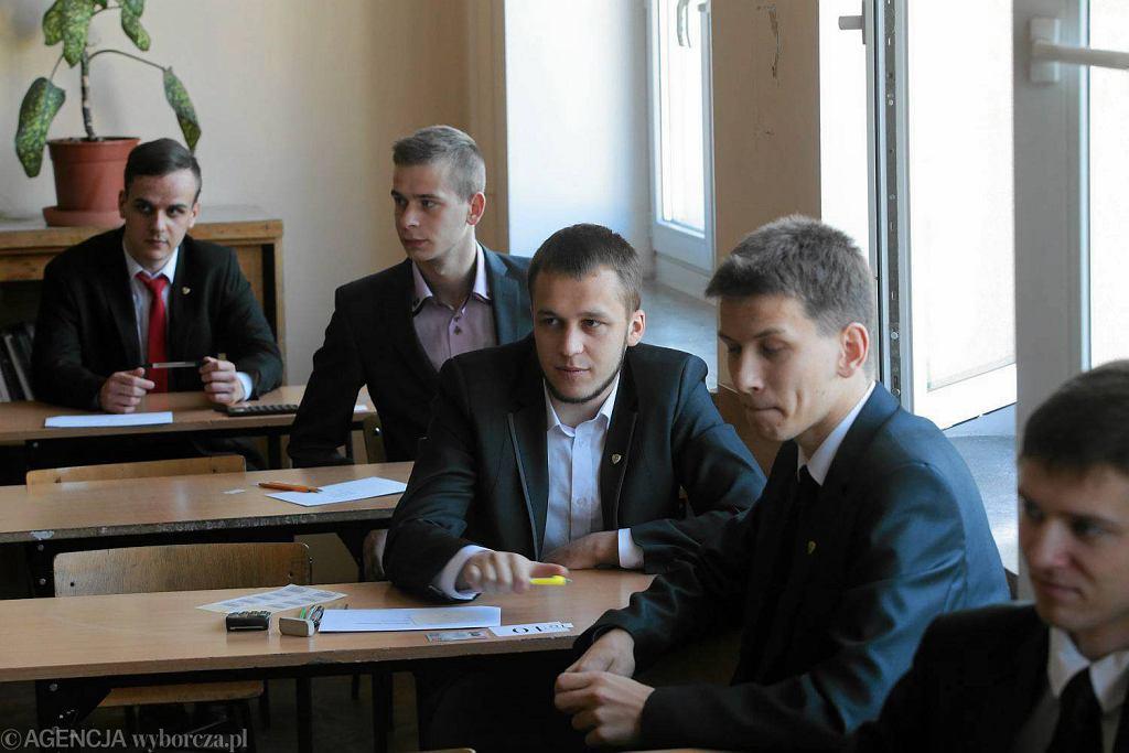 Maturzyści z Zespołu Szkół Mechanicznych Elektrycznych i Elektronicznych tuż przed rozpoczęciem egzaminu