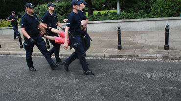 20.07.2017 Warszawa , protestujący , którzy przeszli przez barierki przed Sejmem są wynoszeni przez policję