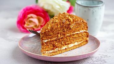 Placek z orzechami to jedno z naszych ulubionych ciast - kremowy budyń, puszysty placek i chrupiące orzechy w słodkim kajmaku to doskonałe połączenie